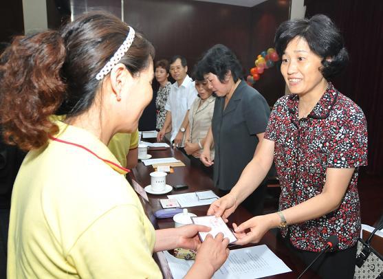 北京爱侬家政服务员获得首例赔付